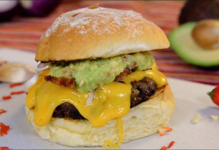 Hambúrguer com molho picante de abacate