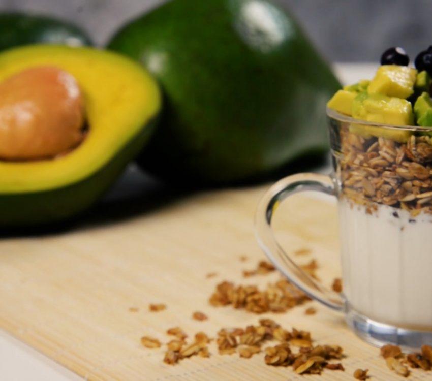 Iogurte com Abacate e granola